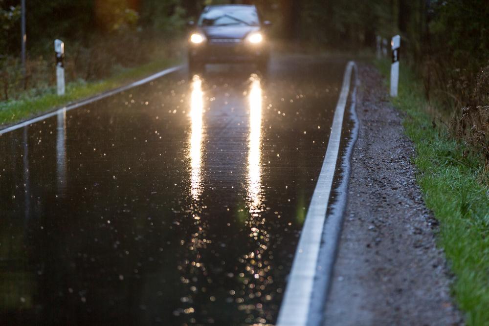 Cuidado con el asfalto desgastado y la lluvia
