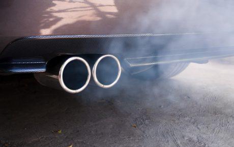 Mi coche echa humo blanco y huele a quemado